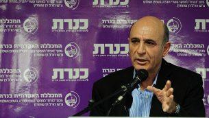 """شاؤول موفاز يتحدث في كلية """"كينيرت"""" في شمال إسرائيل، 22 ديسمبر، 2014. (Flash90)"""