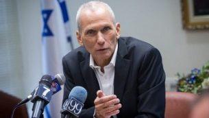 عضو الكنيست من 'المعسكر الصهيوني' عومر بارليف يعقد مؤتمرا صحفيا في الكنيست في 30 نوفمبر، 2015. (Miriam Alster/Flash90)