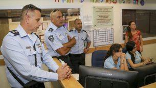 موشيه بركات، قائد شعبة يهودا والسامرة في الشرطة الإسرائيلية، يزور مستوطنة افرات، 18 سبتمبر 2016 (Gershon Elinson/Flash90)