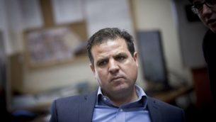 رئيس 'القائمة (العربية) المشتركة' أيمن عودة يترأس اجتماعا لكتلة الحزب في الكنيست في القدس، 31 أكتوبر، 2016. (Miriam Alster/Flash90)