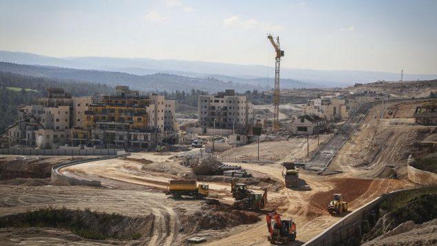 موقع بناء لمباني سكنية جديدة في بيت شيمش، 21 فبراير 2017 (Yaakov Lederman/Flash90)