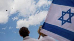 أشخاص يشاهدون العرض الجوي لسلاح الجو الإسرائيلي في يوم الاستقلال ال69 لدولة إسرائيل في القدس، 2 مايو، 2017. (Yonatan Sindel/Flash90)