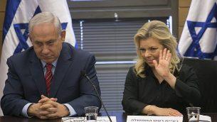 رئيس الوزراء بنيامين نتنياهو وزوجته سارة نتنياهو في الكنيست في القدس ، 28 يونيو / حزيران 2017. (Olivier Fitoussi/Pool)