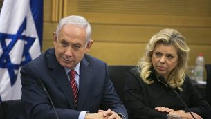 رئيس الوزراء بينيامين نتنياهو (من اليسار) وزوجته سارة نتنياهو في الكنيست في القدس، 28 يونيو، 2017. (Olivier Fitoussi/Pool)