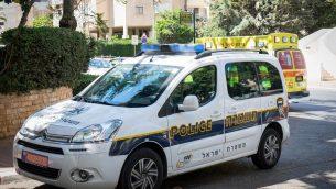صورة للتوضيح: سيارة تابعة للشرطة الإسرائيلية في مدينة بيتح تيكفا، 4 أغسطس، 2017. (Roy Alima/ Flash90)
