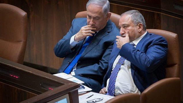 رئيس الوزراء بينيامين نتنياهو (من اليسار) ووزير الدفاع أفيغدور ليبرمان في الكنيست، 24 أكتوبر، 2017. (Yonatan Sindel/ Flash90)