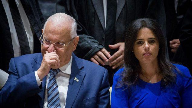 الرئيس رؤوفن ريفلين ووزيرة العدل ايليت شاكيد خلال حفل في منزل الرئيس في القدس، 26 اكتوبر 2017 (Miriam Alster/Flash90)