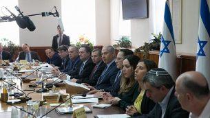 رئيس الوزراء بينيامين نتنياهو يترأس الجسة الأسبوعية لمجلس الوزراء في مكتب رئيس الوزراء في القدس، 7 يناير، 2018. (Ohad Zwigenberg/Pool) )