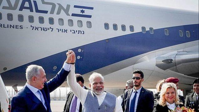 رئيس الوزراء بنيامين نتنياهو وزوجته سارة مع رئيس الوزراء الهندي ناريندرا مودي عند وصول نتنياهو الى الهند في 14 يناير 2018. (Avi Ohayon/GPO)