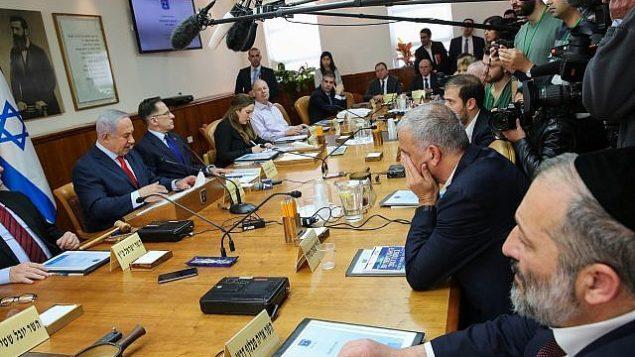 رئيس الوزراء الإسرائيلي بينيامين نتنياهو (من اليسار) ووزير الداخلية أرييه درعي (من اليمين) خلال جلسة للحكومة في مكتب رئيس الوزراء في القدس، 21 يناير، 2018. (Alex Kolomoisky/POOL)