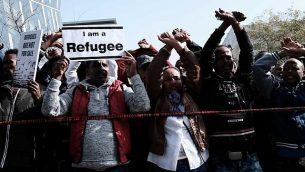 طالبو لجوء أفارقة ونشطاء حقوق إنسان يحتجون ضد خطة الحكومة لترحيلهم من امام السفارة الرواندية في هرتسليا، 22 يناير، 2018. (Tomer Neuberg/Flash90)