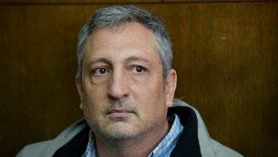 المستشار الإعلامي السابق لرئيس الوزراء نير حيفتس يصل إلى المحكمة للبت في طلب تمديد اعتقاله في القضية 4000 في المحكمة المركزية في تل أبيب، 22 فبراير، 2018. (Flash90)