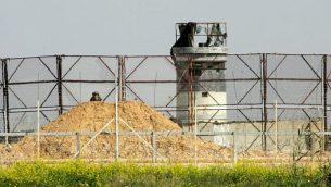 جندي إسرائيلي يراقب الحدود الإسرائيلية مع غزة في جنوب قطاع غزة، 2 مارس، 2018. (Abed Rahim Khatib/Flash90)