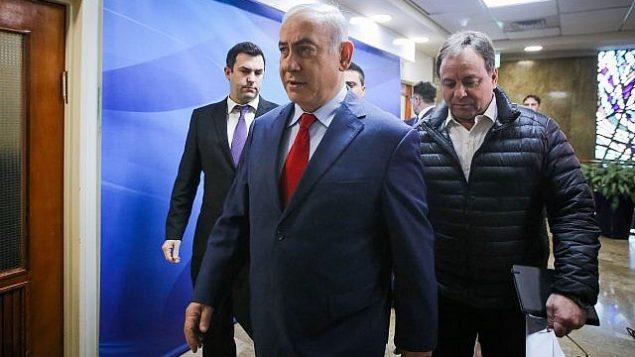 رئيس الوزراء بنيامين نتنياهو يصل إلى الاجتماع الأسبوعي لمجلس الوزراء في مكتب رئيس الوزراء في القدس في 11 مارس، 2018. (Marc Israel Sellem/Pool)