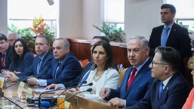 رئيس الوزراء بنيامين نتنياهو يقود جلسة الحكومة الاسبوعية في مكتب رئيس الوزراء في القدس، 11 مارس 2018 (Marc Israel Sellem/Pool)