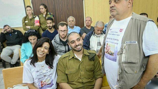 الجندي الإسرائيلي السابق إيلور عزاريا، الذي أدين بالقتل غير العمد لقتله منفذ هجوم فلسطيني عاجز بعد إطلاق النار عليه في مدينة الخليل في الضفة الغربية، يمثل أمام لجنة إفراج مشروط في مقر الجيش في تل أبيب، 14 مارس، 2018. (Flash90)