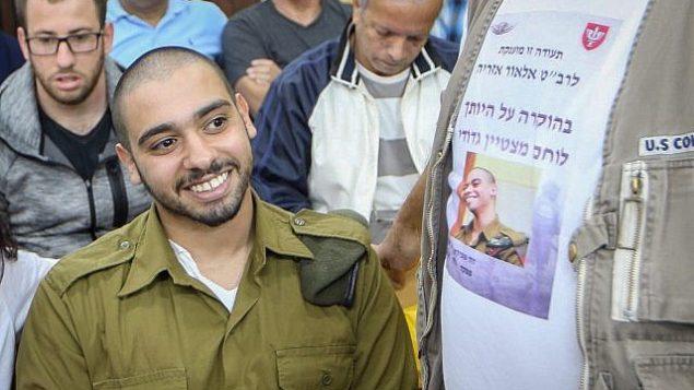 الجندي الإسرائيلي السابق إيلور عزاريا، الذي أدين بالقتل غير العمد لقتله منفذ هجوم فلسطيني عاجز بعد إطلاق النار عليه في مدينة الخليل في الضفة الغربية، يمثل أمام اللجنة العسكرية الإسرائيلية الخاصة لخفض العقوبات في مقر الجيش في تل أبيب، 14 مارس، 2018. (Flash90)