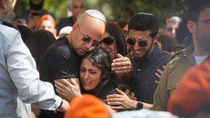 أفراد العائلة النقيب زيف دوس من قرب نعشه خلال جنازته في حولون في 18 مارس ، 2018. (Miriam Alster / Flash90)