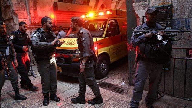 قوى الأمن في موقع هجوم طعن أصيب فيه حارس أمن بجروح بالغة الخطورة في البلدة القديمة في القدس، 18 مارس، 2018. (Yonatan Sindel/Flash90)