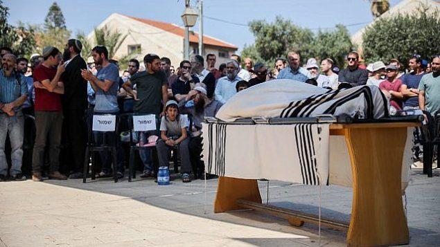 مشيعون يشاركون في جنازة عديئل كولمان في مستوطنة كوخاف هشاحر الواقعة في الضفة الغربية، 19 مارس، 2018. (Hadas Parush/Flash90)