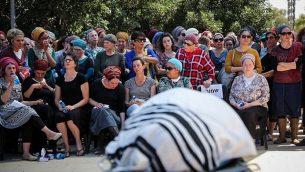 أصدقاء وأفراد عائلة يشاركون في جنازة عديئل كولمان (32 عاما)، الأب لأربعة أطفال من مستوطنة كوخاف هشاحر في الضفة الغربية، 19 مارس، 2018. (Hadas Parush/Flash90)
