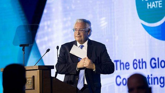 """السفيؤ الأمريكي لدى إسرائيل ديفيد فريدمان يتحدث خلال مؤتمر """"المنتدى العالمي لمكافحة معاداة السامية"""" السادس في مركز المؤتمرات في القدس، 19 مارس، 2017. (Yonatan Sindel/Flash90)"""