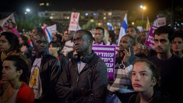 طالبو لجوء أفارقة ونشطاء يتظاهرون ضد الخطة لتحريل مهاجرين في ميدان رابين في مدينة تل أبيب، 24 مارس، 2018. (Miriam Alster/Flash90)