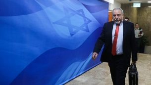وزير الدفاع أفيغدور ليبرمان يصل للمشاركة في الجلسة الأسبوعية للحكومة في مكتب رئيس الحكومة في القدس، 25 مارس، 2018. (Marc Israel Sellem)