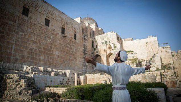 كهنة يهود يستعدون لطقوس تقديم القرابين بمناسبة عيد الفصح العبري في مركز ديفيدسون في البلدة القديمة في القدس، 26 مارس، 2018. (Yonatan Sindel/Flash90)