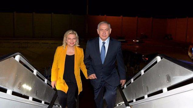 رئيس الوزراء بينيامين نتنياهو (من اليمين) وزوجته سارة يركبان الطائرة متوجهين إلى أمريكا اللاتينية في رحلة رسمية تستمر لعشرة أيام في 10 سبتمبر، 2017.(Raphael Ahren/Times of Israel)