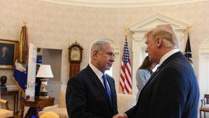 رئيس الوزراء بينيامين نتنياهو (من اليسار) والرئيس الأمريكي دونالد ترامب في المكتب البيضاوي في البيت الأبيض، 5 مارس، 2018. (Haim Tzach/GPO)