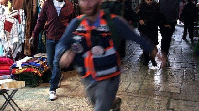 مسعف يسارع لمعالجة ضحية هجوم طعن في البلدة القديمة في القدس، 18 مارس 2018 (Ir Amim)