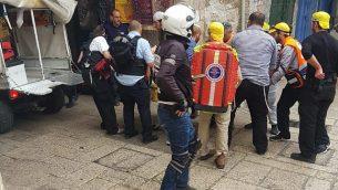 مسعفون يعالجون ضحية هجوم عن في البلدة القديمة في القدس، 18 مارس 2018 (Ir Amim)