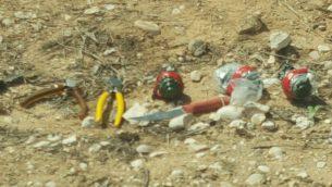 قنابل يدوية، سكاكين ومعدات وجدت بحوزة ثلاثة مشتبه بهم فلسطينيين دخلوا اسرائيل من قطاع غزة، 27 مارس 2018 (Israel Police)