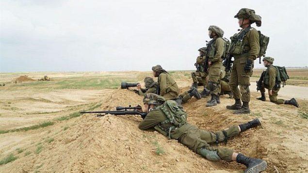 قناصين اسرائيليين يتهيأون لمظاهرات فلسطينية ضخمة في غزة، واحتمال محاولة المتظاهرين اختراق السياج الحدودي في 30 مارس 2018 (Israel Defense Forces)