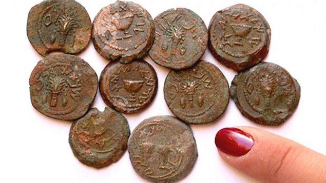 في الحفريات الأثرية في موقع أوفيل خارج أسوار مدينة القدس القديمة، اكتُشِف مؤخرًا كنز من العملات النادرة المصنوعة من البرونز من الثورة اليهودية، يعود تاريخها إلى حوالي 66-70. (Eilat Mazar)