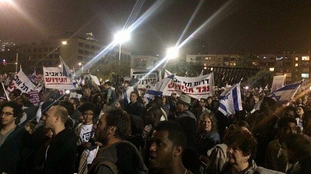 متظاهرون ضد ترحيل مقرر لطالبي لجوء أفارقة في تل أبيب، 24 مارس، 2018. (Luke Tress)