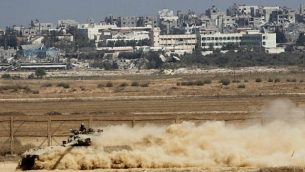 صورة للتوضيح: دبابة إسرائيلية من طراز 'ميركافا' تعمل على الحدود مع غزة في 6 أغسطس، 2014. (Miriam Alster/ Flash 90)