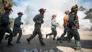 يشارك جنود قيادة الجبهة الداخلية التابعة للجيش الإسرائيلي في مناورات التأهب للكوارث الطبيعية في جنوب إسرائيل في 25 أكتوبر 2017. (Israel Defense Forces)
