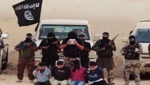 صورة للتوضيح: مقاتلون من تنظيم داعش  في شبه جزيرة سيناء يحتجون رهائن مصريين من  المسيحيين الأقباط. (Screen capture/YouTube)