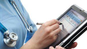 ممرضة تستخدم برنامج صحة الكترونية (Courtesy)