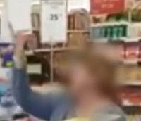امراة قالت أن اسمها فاردا صُورت وهي توجه شتائم وكلام عنصري لشاب إثيوبي وسط صمت الزبائن الآخرين في متجر في  مدينة رمات غان، مارس 2018. (لقطة شاشة YouTube)