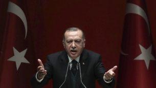 الرئيس التركي رجب طيب اردوغان خلال خطاب امام حزب العدالة والتنمية الحاكم في انقرة، 31 مارس 2018 (ADEM ALTAN/AFP)