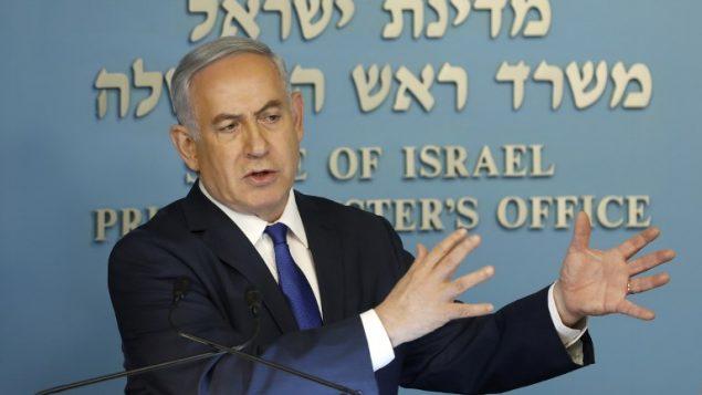 رئيس الوزراء بنيامين نتنياهو خلال مؤتمر صحفي في مكتبه في القدس، 2 ابريل 2018 (AFP PHOTO / Menahem KAHANA)