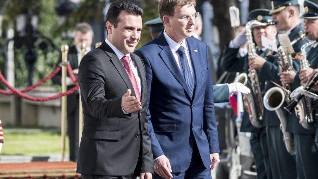 رئيس الوزراء السلوفيني ميرو سيرار (من اليمين) ونظيره المقدوني زوران زائيف (من اليسار) خلال مراسم استقبال للأول من أمام مبنى الحكومة في العاصمة المقدونية في سكوبيه، 3 أبريل، 2018. (AFP PHOTO / Robert ATANASOVSKI)