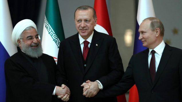 الرؤساء التركي رجب طيب اردوغان والروسي فلاديمير بوتين والايراني حسن روحاني قبل مشاورات في القصر الرئاسي في انقرة، 4 ابريل 2018 (TOLGA BOZOGLU / POOL / AFP)