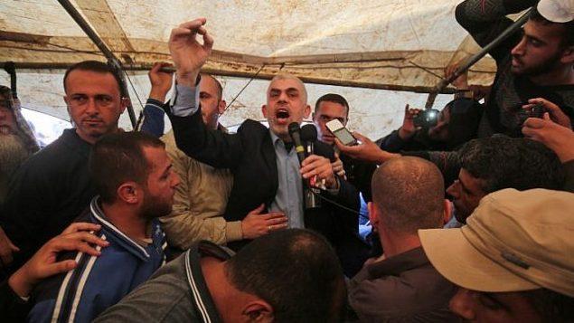 يحيى السنوار، زعيم جماعة حماس في قطاع غزة، يتحدث أثناء احتجاج شرق خان يونس في 6 أبريل 2018. (AFP PHOTO / SAID KHATIB)