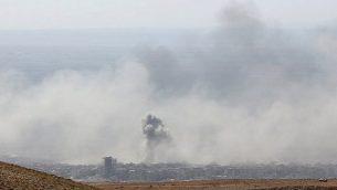 الدخان يتصاعد في مدينة دوما، آخر معاقل المعارضة في الغوطة الشرقية في سوريا، في 7 أبريل، 2018، بعد استنئاف قوات النظام السوري لهجماتها للضغط على المتمردين ودفعهم للانسحاب. (AFP PHOTO / STRINGER)