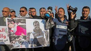صحافيون فلسطينيون يشاركون في تظاهرة بعد مقتل زميلهم الصحافي ياسر مرتجى، بالقرب من حدود غزة مع إسرائيل، في مدينة رفح في جنوب قطاع غزة، 8 أبريل، 2018. (AFP PHOTO / SAID KHATIB)