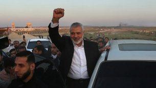 رئيس المكتب السياسي لحركة حماس اسماعيل هنية خلال زيارته موقع احتجاجات امام الحدود بين اسرائيل وقطاع غزة، شرقي مدينة غزة، 9 ابريل 2018 (AFP PHOTO / MAHMUD HAMS)